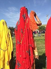 مینا روسری که بانوان بختیاری برای پوشاندن موهای سر از آن استفاده می کنند. خرید لباس بختیاری مردانه، زنانه و بچه گانه محلی(فروش|ارسال رایگان)